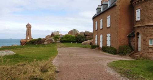 Phare De Men Ruz Lighthouse And Stone House Near - J9QFKCP