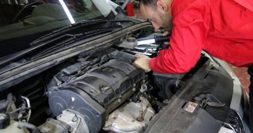 Car Repair Looking for Damage 1 - J7XMESN