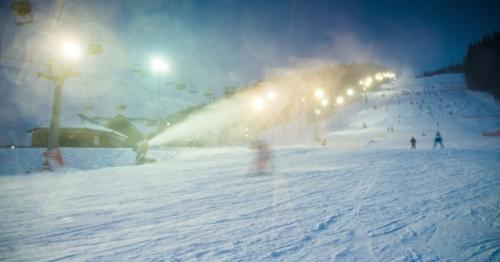 Night Skiing At The Ski Slopes And Snow Cannons - 9ZHX5LJ