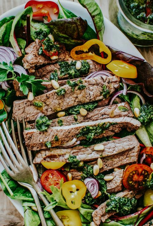 Homemade grilled beef salad with green pesto and pine nuts recipe - 1016335