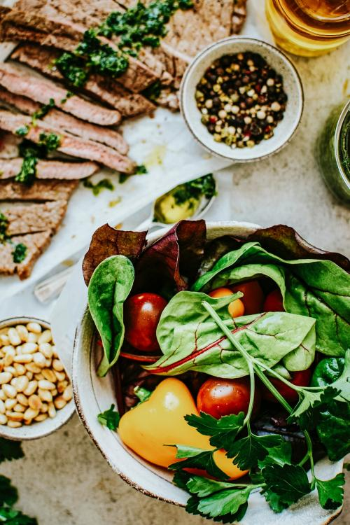 Homemade grilled beef and mixed salad recipe - 1016359