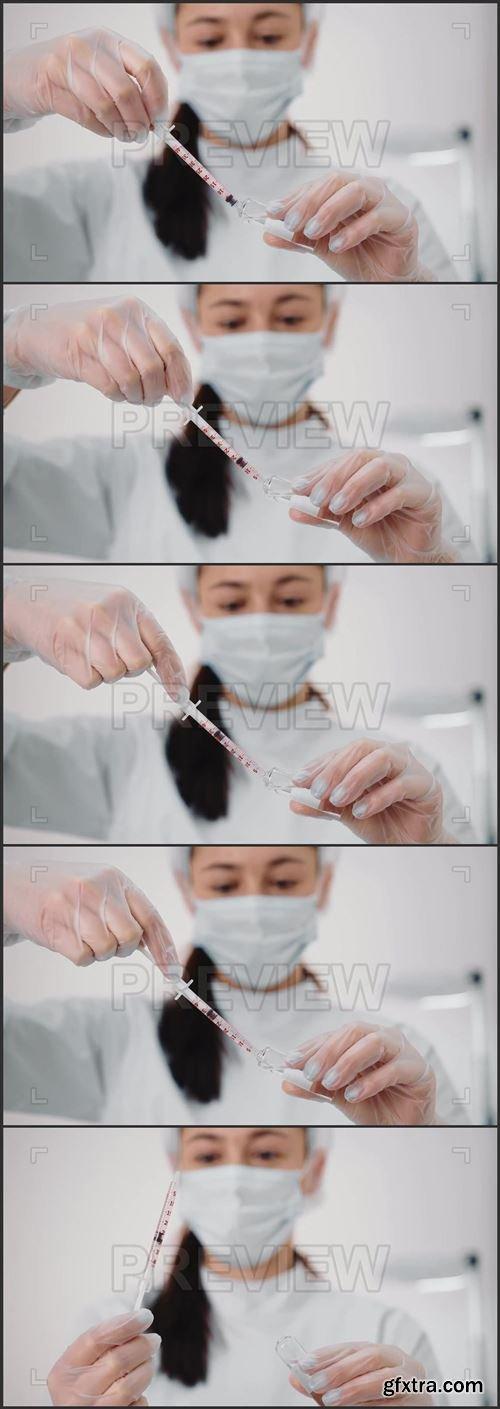 Nurse Draws The Vaccine 1031805
